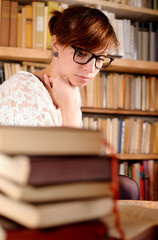 Frau im Halbprofil vor Büchern