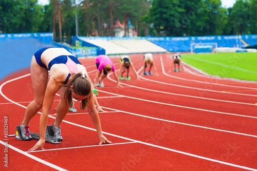 sportswomen at the start - 65521469