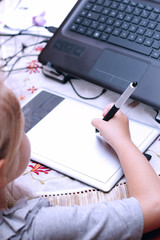 Bambina che disegna al computer