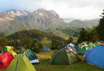 kamp çadırları kurmak