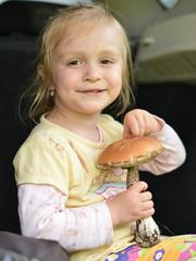 bébé avec champignon
