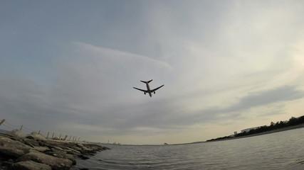 低空飛行の飛行機