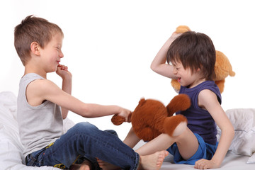 Jungs streiten miteinander