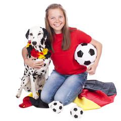 Junges Mädchen mit Hund im Fussballfieber