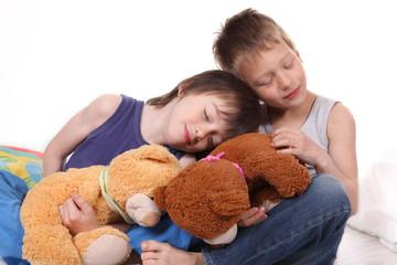 Kinder kuscheln miteinander