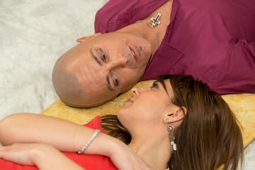Ritratto di coppia sdraiati