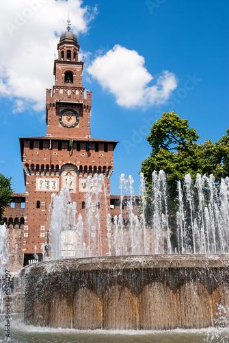 Milano, fontana di piazza Castello e torre del Filarete