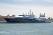 Черная яхта на причале в порту Венеции