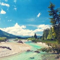 Isar fließt aus den Alpen