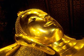 Tête du grand bouddha couché de Wat Po à Bangkok en Thaïland