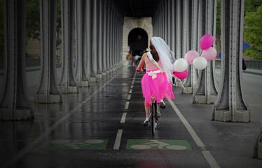 Mariée sur un vélo à Paris
