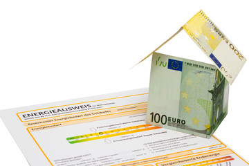Energieausweis und Haus aus Geldscheinen