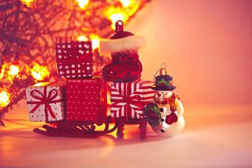 Rot gold leuchtender Weihnachtsstern und Weihnachtsmann