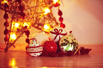 Weihnachtskugeln und Stern