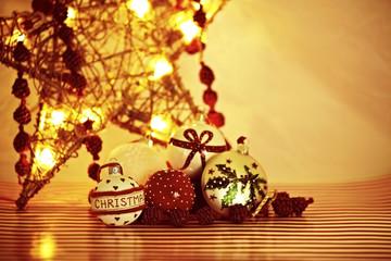 Weihnachtskugeln in goldenem Licht