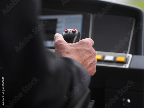 Straßenbahnfahrer unterwegs im Linienverkehr - 65560057