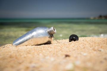 Deniz, kumsal ve matara - su kabı