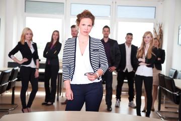 Junge Geschäftsleute stellen sich vor