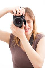 jeune femme prenant une photo avec un appareil photo reflex