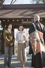 お寺の僧侶と話をする夫婦