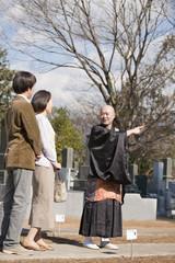 僧侶にお墓の購入の相談をする夫婦
