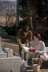 お墓参りをする夫婦