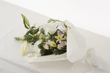 棺の上に置かれた花束