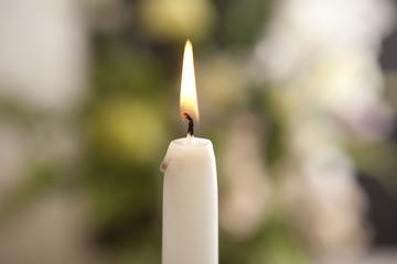火のついた蝋燭と花