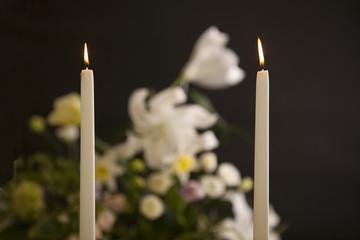 火のついた二本の蝋燭と花