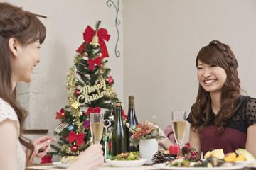 クリスマスパーティーを楽しむ女性二人
