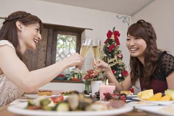 クリスマスパーティーで乾杯する女性二人