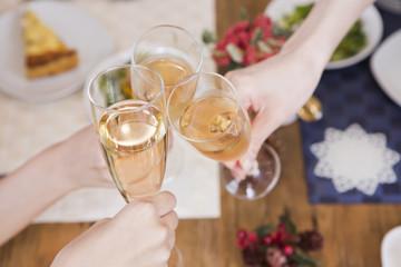 シャンパングラスで乾杯する手