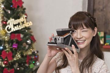 クリスマスパーティーで写真を撮る女性