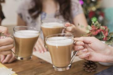 カプチーノカップで乾杯する手