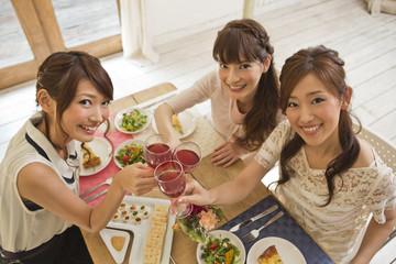 女子会で乾杯する女性三人