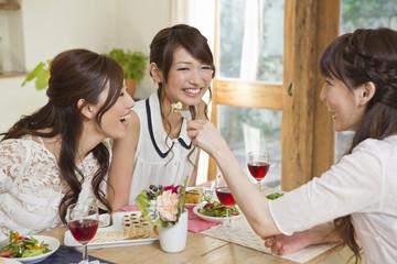 女子会を楽しむ女性三人