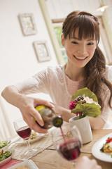 ワインをグラスに注ぐ女性