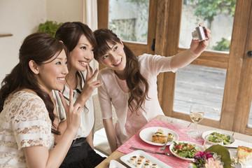 女子会で写真を撮る女性三人