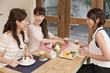 女子会でデザートを楽しむ女性三人