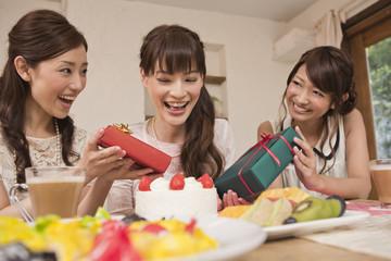 誕生日プレゼントを贈る女性と受け取る女性