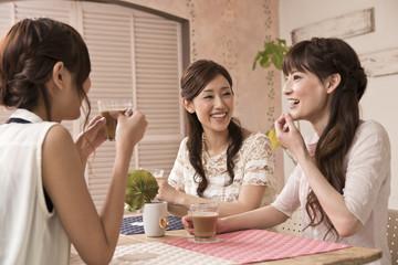コーヒーを飲みながら話す女性三人