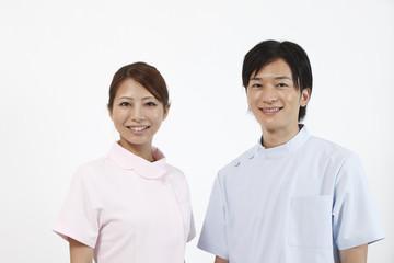 笑顔の歯科医師と歯科助手