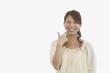 歯を見せる笑顔の若い女性