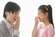 口臭を気にする父親と鼻をつまむ女の子