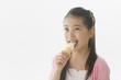 ソフトクリームを舐める女の子