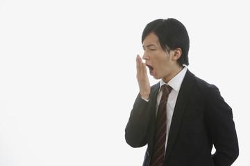 自分の口臭を確認する若い男性