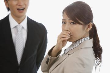 男性の口臭に鼻を押さえる若い女性