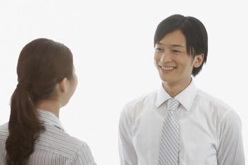 笑顔で女性と向い合う若い男性