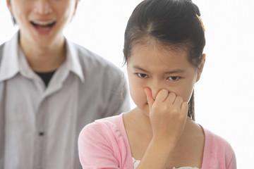 父親の口臭に鼻をつまむ女の子