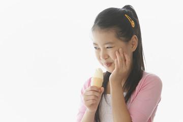 歯痛に顔をしかめる女の子